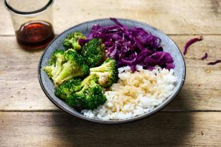 Bowl de riz vinaigré aux légumes croquants